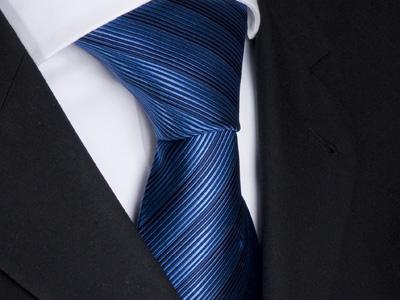 Handvernähte Krawatte aus Seide blau schwarz gestreift