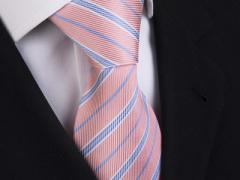 Handvernähte Krawatte aus Seide, lachsfarben mit blauen und weissen Streifen