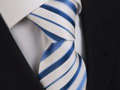Handvernähte Krawatte aus Seide weiss blau gestreift