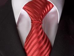 Handvernähte Krawatte aus Seide in Rot, changierend gestreift