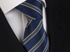 Handvernähte Krawatte aus Seide dunkelblau und messingfarben gestreift