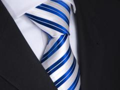 Handvernähte Krawatte aus Seide blau weiss gestreift