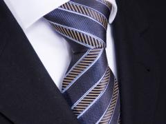 Handvernähte Krawatte aus Seide blau weiss gold gestreift