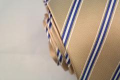 Handvernähte Krawatte aus Seide gold blau weiss gestreift