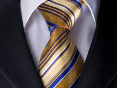 Handvernähte Krawatte aus Seide, messingschwarz mit gold- mokka- und blaufarbenen Streifen