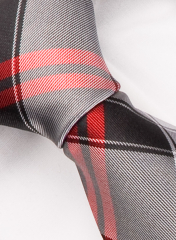 Handvernähte Krawatte aus Seide schwarz rot und hellgrau gestreift